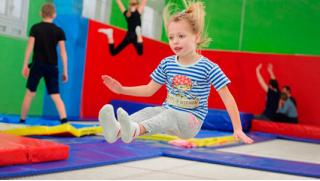 Прыжки и веселье на батуте! Занятия с тренером в центре гимнастики и прыжков на батуте «Акробат»! Скидка до 55%!