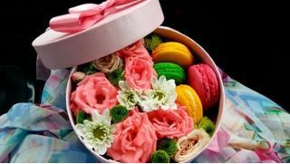 Макаруны по купонам! Подарочные коробки с цветами и макарунами от компании Best Gift! Скидка 48%!