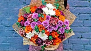 Букеты из роз, тюльпанов, ирисов, хризантем, альстромерий или эустом от магазина Lamour de Fleurs! Скидка 65%!
